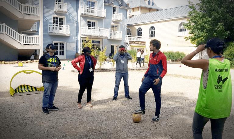 Mise en situation en tant que mal voyantes jouant au football lors d'une organisation et animation de séminaires